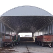 Struttura coperta in PVC ignifugo larga 10,60x40 montata su muri in cemento per ricovero attrezzi e paglia